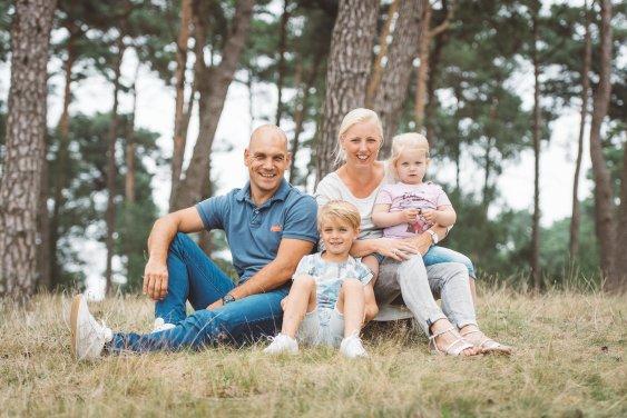 Fotografie van je gezin ontspannen op de foto in een mooie omgeving