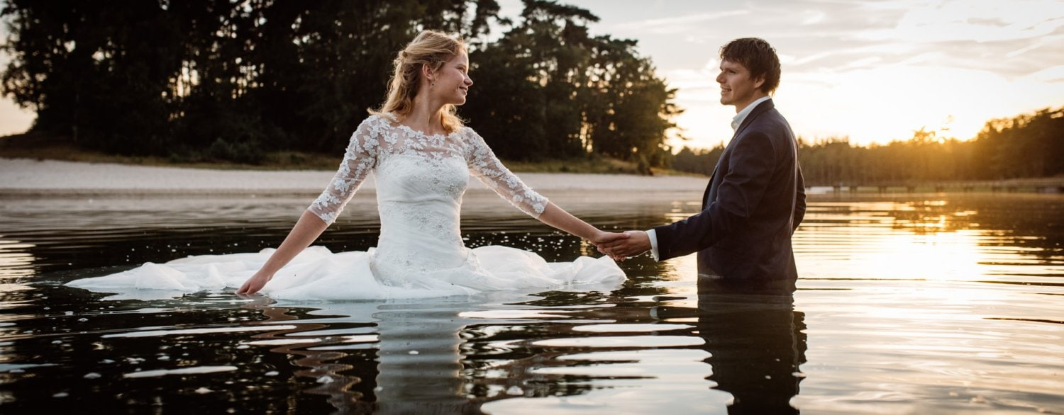Loveshoot in avondzon in het Hensgrotermeer