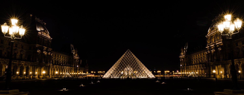Avondfotografie van het Louvre in Parijs
