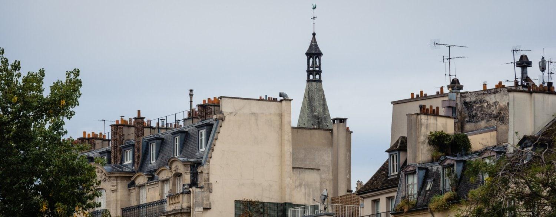 Karakteristieke daken van huizen in Parijs