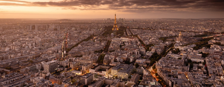 Panorama van de Eiffeltoren bij avondlicht vanaf de Tour Montparnasse