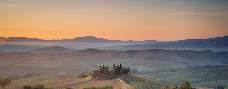 Zonsopkomst bij beroemde boerderij Belvedere in Toscaans heuvellandschap