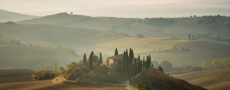 Schilderachtig uitzicht bij zonsopkomt op een typisch Toscaans landschap - Belvedere Val d'Orcia