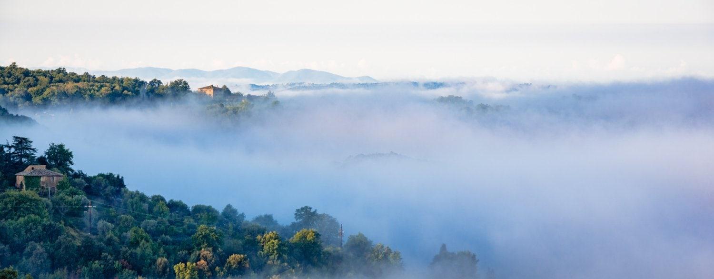 Toscaans landschap in de ochtendmist