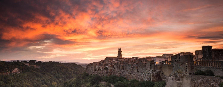 Zonsondergang bij een schilderachtig Toscaans stadsaangezicht
