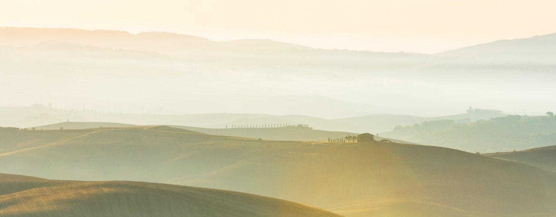 Zonsopkomst bij een schilderachtig Toscaans heuvellandschap