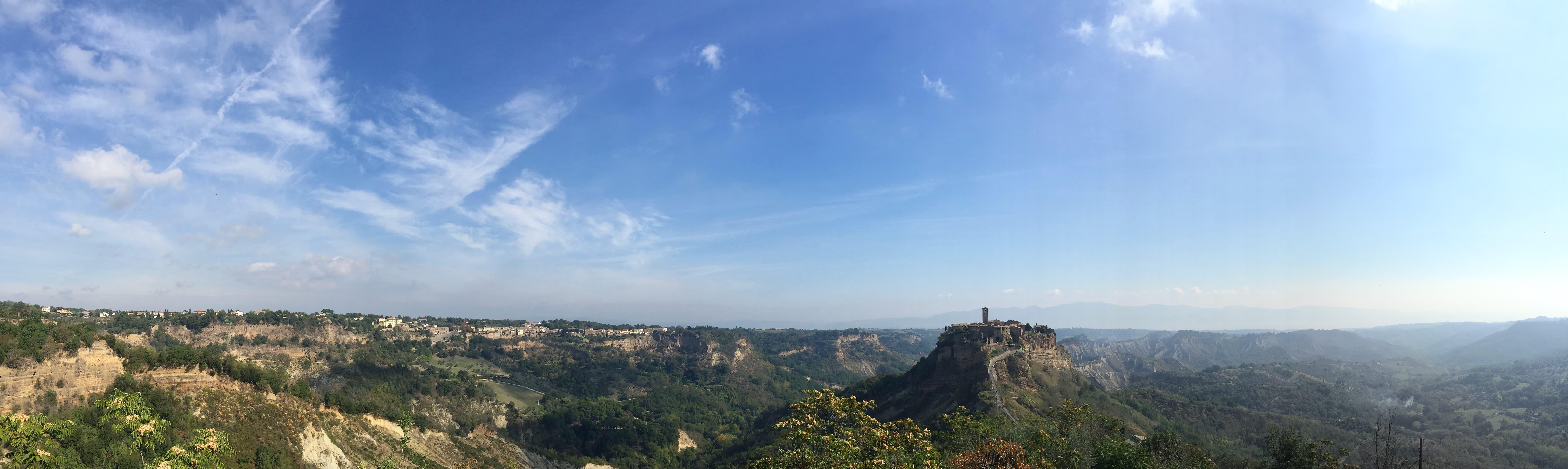 Paroramafoto Civita di Bagnoregio in Italie.